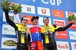 Nejlepší trojice z letošního republikového šampionátu v cyklokrosu. Zleva druhý Tomáš Paprstka, vítěz Michael Boroš a vpravo třetí Jan Nesvadba.