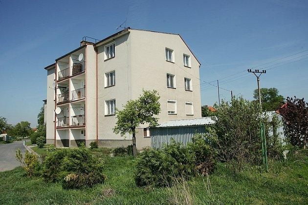 Bytový dům v Němčicích si se silným větrem již vytrpěl své. V neděli přišel o střechu již podruhé.