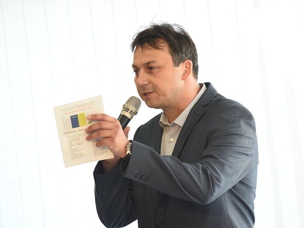 Z duelu Víta Rakušana a Martina Hermana v prostorách podnikatelského inkubátoru Cerop v Kolíně.
