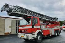 Automobilový žebřík kolínských profesionálních hasičů.