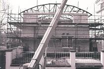 Přístavba budovy Komerční banky v Kolíně v roce 1996.