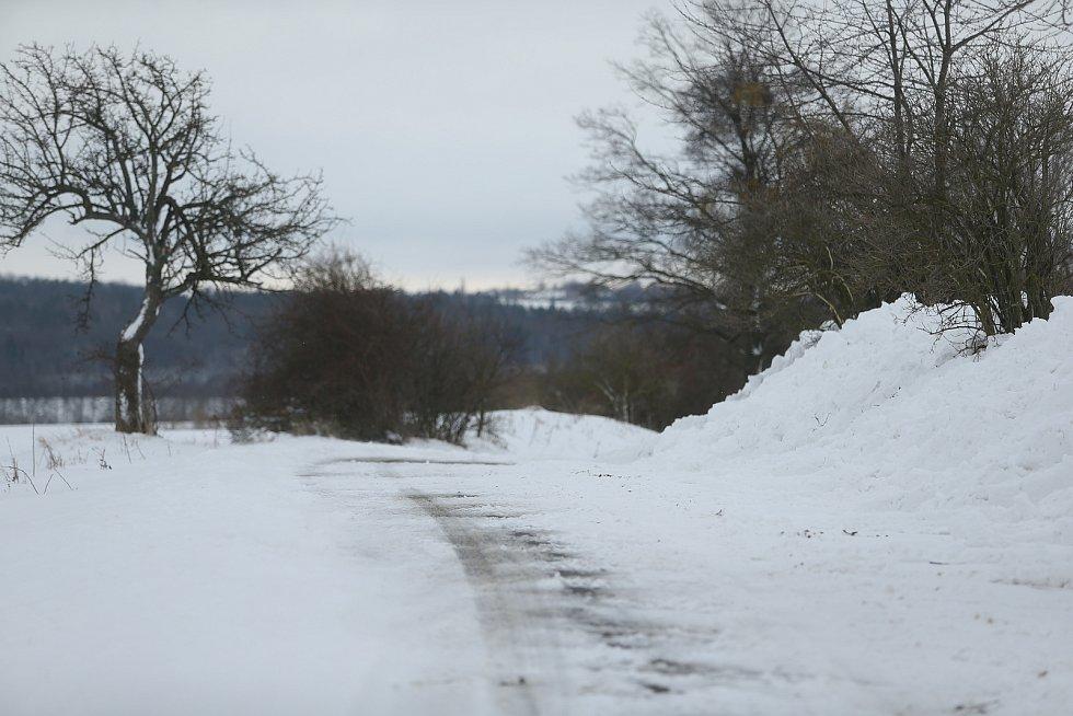Uzavřená vozovka mezi obcemi Jelčany a Hatě na rozhraní Kolínska a Kutnohorska ve čtvrtek 14. ledna.