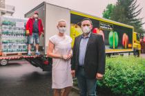Z rukou regionálního manažera společnosti BILLA, pana Davida Fendrycha, přebírala v Kolíně dar zástupkyně vedoucího stravování a vedoucí skladu stravování, paní Martina Mátlová.