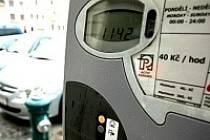 Přemrštěná výše parkovného. Tak hodnotí většina řidičů čtyřicet korun, které musí za hodinu zaplatit každý, kdo chce nechat vůz na kolínském Karlově náměstí.