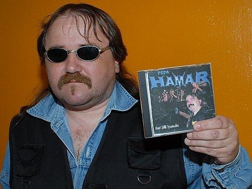 Josef Hamar ukazuje desku písní se svými texty, kterou si vydal vlastním nákladem.