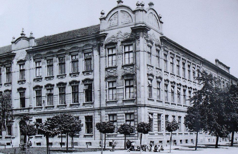 K měšťanské škole v Pečkách byla v roce 1901 z kapacitních důvodu přistavěna budova dívčí školy, a v roce 1909 i budova chlapecké.