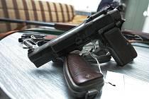 Na kolínském oddělení služby pro zbraně a bezpečnostní materiál se sešlo už pětadvacet nepřihlášených zbraní.