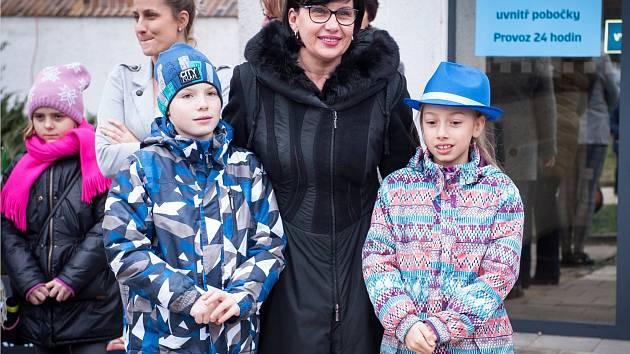 Děti ze 4. A vytvořily firmu Decor, jejíž výrobky pak nabídly na Dětském vánočním jarmarku před i uvnitř budovy České spořitelny v Kolíně.
