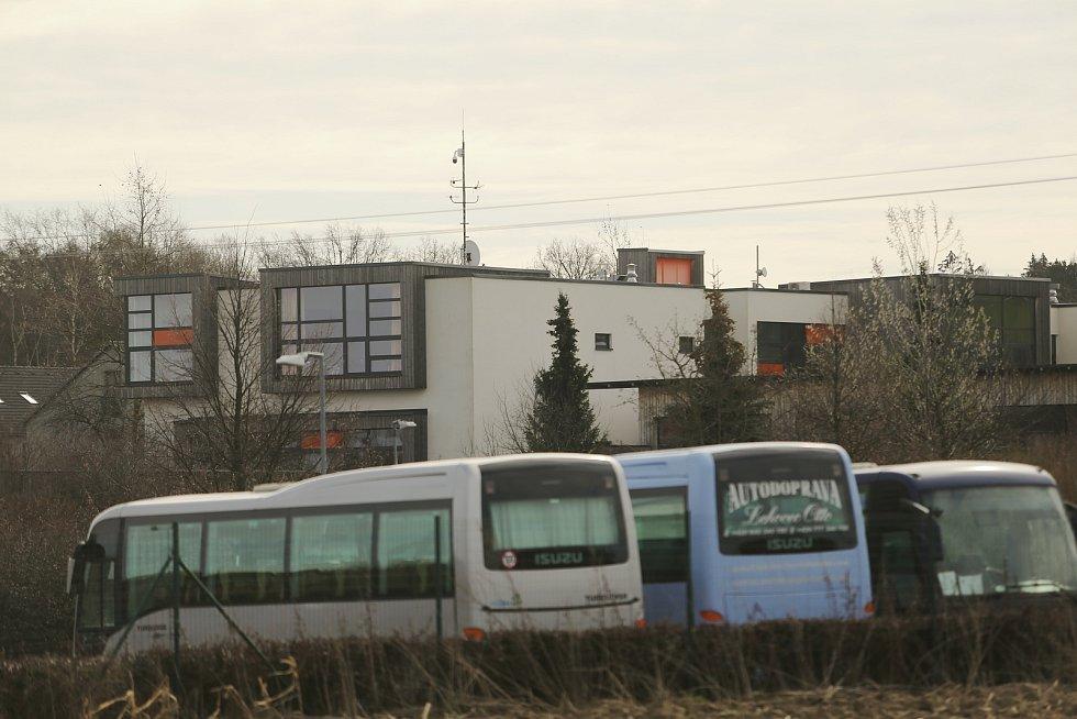 Soukromé gymnázium Open Gate v Babicích, které založil Petr Kellner s manželkou Renátou v roce 2005.