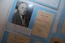 Sbírku autogramů s dokumentací herců a spisovatelů si můžete do čtvrtka prohlédnout v českobrodské galerii Šatlava. K vidění jsou autogramy nejen českých osobností, ale také těch zahraničních.