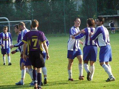 Radost hráčů Peček po vstřelení jednoho ze svých čtyř gólů. Zleva se radují Jan Melíšek, Robert Vančura a Petr Hanuš.
