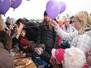 Vypouštění balónů v přáními Ježíškovi ze zahradního hřiště v Cerhenicích