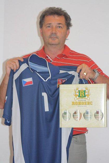 Ladislav Kruliš získal od naší redakce karton piv, který do soutěže dodal pivovar Rohozec a také fotbalový dres Petra Čecha, který věnovala sportovní prodejna Spottrio.