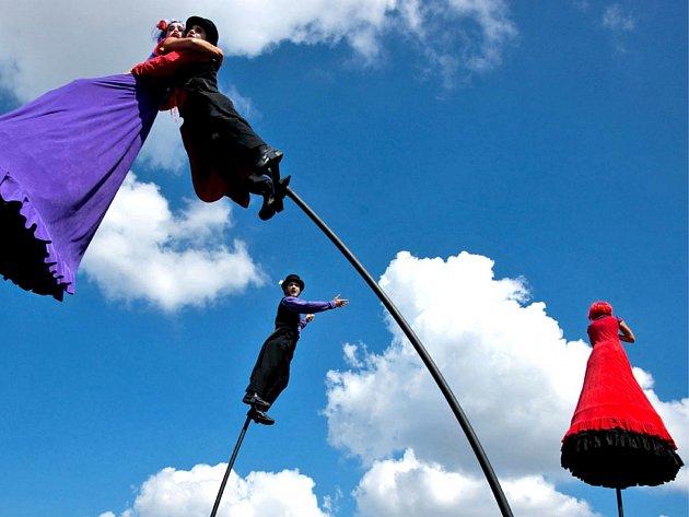 Sobotní festival Kefír obohatí také skupina Strange Fruit z Austrálie, jejíž členové v nádherných kostýmech se budou na kývajících se tyčích  vznášet osm metrů nad hlavami diváků.