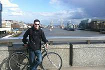 Zdeněk před londýnským Tower Bridge.