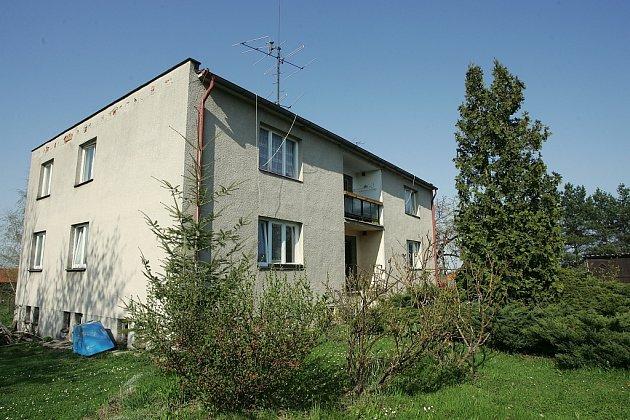 Dům ve Štíhlicích. V jednom z bytů skončila střela zatím od neznámého původce.