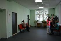 Čekárna ordinace praktické lékařky v zrekonstruované části pavilonu B v areálu českobrodské nemocnice.