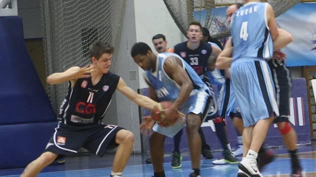 Z utkání BC Unikol Kolín - BK Děčín (76:66).