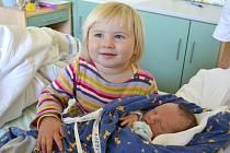 Leontýnka (19 měsíců) se raduje z bratříčka. Daniel Podnecký se narodil 29. září 2015. Po porodu se pyšnil mírami 50 centimetrů a 3265 gramů. Maminka Milena a tatínek Josef děti vychovávají v Břežanech I.