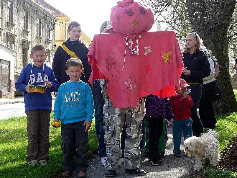 Moranu vynesly v neděli děti z Dětského klubu Pecka v Červených Pečkách.