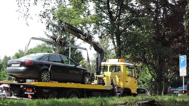 Odtah vozidla v areálu kolínské nemocnice