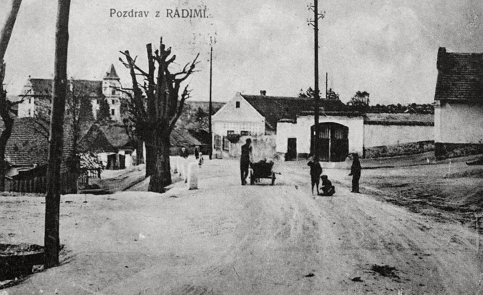 Pozdrav z Radimi. Na snímku bývalý Koděrův statek směrem z Čermákova kopce.