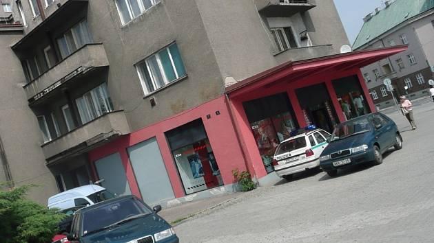 V bytovém domě v ulici Antonína Kaliny se to hemžilo policisty
