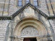 Portál baziliky Nanebevzetí Panny Marie v Gruntě.