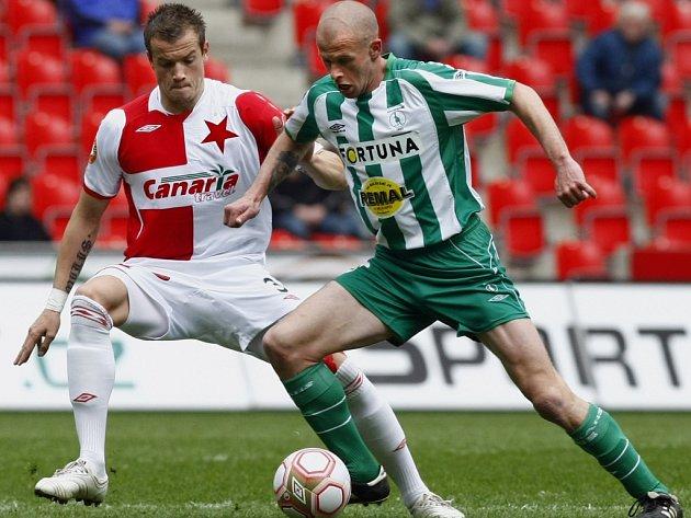 Utkání 23. kola fotbalové Gambrinus ligy mezi celky SK Slavia Praha a Bohemians 1905 hrané 5. dubna 2010 v pražském Edenu. Milan Kopic ze Slavie (vlevo) a Lukáš Hartig z Bohemians (vpravo).