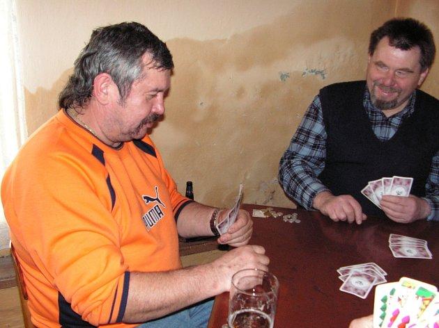 Zdeněk Hrbek (vlevo) hraje mariáš už více než 43 let.