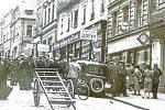 Poslech rozhlasu v Kouřimské ulici v Kolíně při vyhlášení mobilizace naší armády 23. září 1938.
