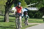 Obyvatelé Kolína vyrazili za sluníčkem a čerstvým vzduchem třeba na stezku pro pěší a cyklisty podél Labe.
