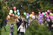 Zhruba sto třicet balonku vylétlo pár minut po desáté hodině dopolední druhé listopadové pondělí ze zahrady Odborné střední školy podnikatelské vKolíně.