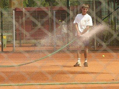 I když prašný povrch tenisového kurtu v těchto parných dnech po vodě přímo volá, tak i tady by se mělo šetřit. Sportovci by měli dbát na úspory vody.
