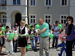 Otevírání čerstvě zrekonstruovaných chodníků v Pečkách  bylo malou slavností.
