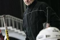 Kolínský trenér Stanislav Bednář sleduje hru.