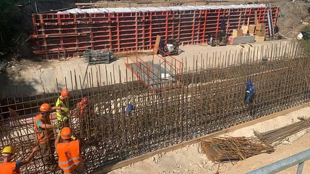Z rekonstrukce mostu přes potok Polepka v Havlíčkově ulici v Kolíně.
