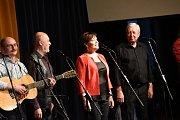 VMěstském společenském domě vKolíně se na svém společném turné zastavily kapely Hradišťan, Spirituál kvintet a operní zpěvačka Dagmar Pecková.
