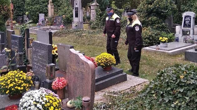 V období Dušiček dohlížejí na hřbitovy městští strážníci.