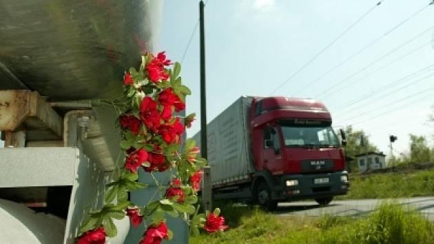Osudný moment připomíná u parovodu ve Starokolínské ulici pomníček s květinami.