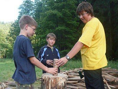 Děti jsou na táboře vedeny k samostatnosti. Za úkol mají třeba i naštípat dřevo.