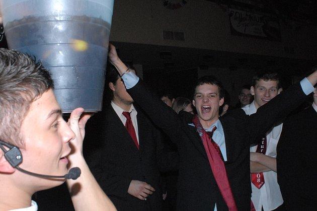 Maturanti dražili kýbl pití