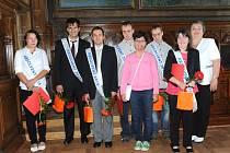 Poprvé v historii Mateřské, Základní a Praktické školy Kolín se v pátek dopoledne v obřadní síni kolínské radnice předávaly výuční listy a šerpy s nápisem maturant a absolvent.