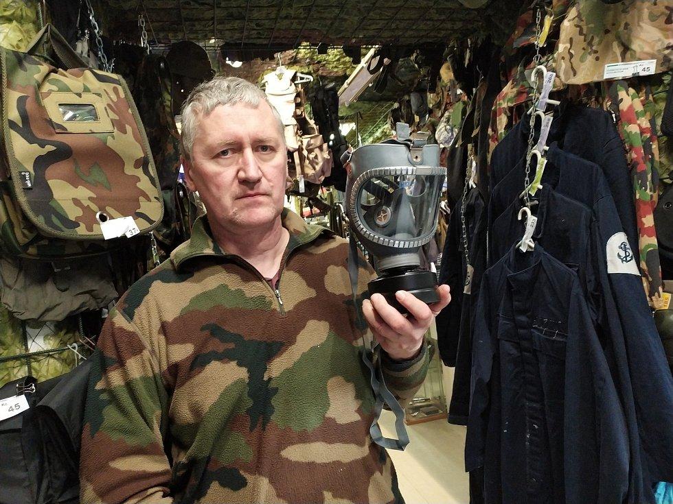 Šílenství kolem koronaviru. Kolíňáci nakupují plynové masky a protichemické obleky.