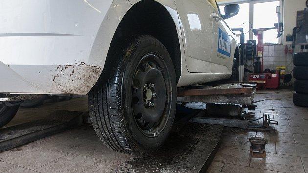 Výměna pneumatik na osobním automobilu v autoservise. Ilustrační foto.