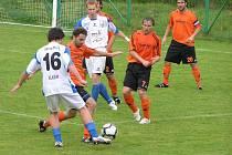 Před Jandou odkopává míč Javorek.