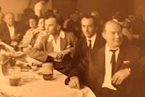 Mezinárodní družstevní den v Ovčárech v roce 1971. Do obce se tehdy sjely stovky účastníků a samozřejmě nechyběl ani bohatý doprovodný program.