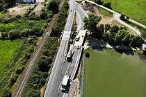 Z rekonstrukce mostu na silnici I/38 u Újezdu u Luštěnic; na hlavním tahu od Kolína a Nymburka na Mladou Boleslav.