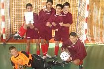 Skoro osm desítek malých fotbalistů přilákal do Českého Brodu turnaj v sálové kopané.