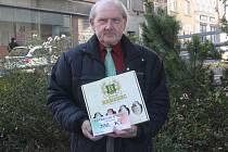 Pracovně zaneprázdněnou Hanu Tůmovou zastoupil tatínek Vítězslav Holík st. Do Nučic ji odvezl poukaz do pizzerie Týna v hodnotě 200,-Kč a karton piv značky Rohozec.